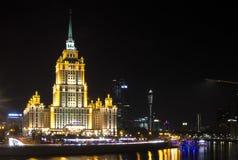 Città internazionale di Mosca del centro di affari di Mosca alla notte Notte urbana della metropoli del paesaggio con i grattacie Immagini Stock