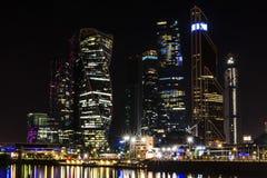 Città internazionale di Mosca del centro di affari di Mosca alla notte Notte urbana della metropoli del paesaggio con i grattacie Fotografia Stock