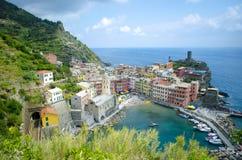 Città italiana del porto della linea costiera di Manarola Immagine Stock