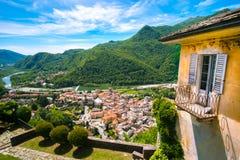 Città italiana della montagna di panorama del terrazzo del villaggio fotografia stock