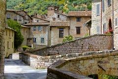 Città italiana pittoresca e medievale della collina Immagine Stock