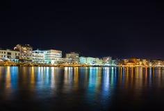 Città Loutraki in Grecia alla notte Fotografie Stock