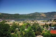 Città lungo il fiume Immagine Stock