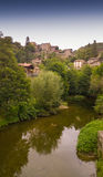 Città medievale con il fiume Fotografia Stock