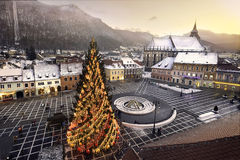 Città medievale storica di Brasov, la Transilvania, Romania, nell'inverno 6 dicembre 2015 fotografie stock libere da diritti