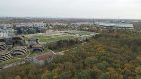 Città moderna aerea del fuco di Vienna e natura verde stock footage