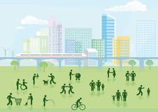 Città moderna con la gente in parco Immagini Stock Libere da Diritti