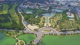 Città moderna meravigliosa di vista aerea con i grandi parchi e lago video d archivio
