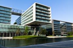Città moderna vicino al fiume Fotografia Stock