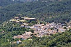 Città, montagna e foresta bianche spagnole di vista aerea Immagini Stock Libere da Diritti