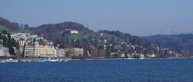 Città, montagna e paesaggio del lago Fotografie Stock