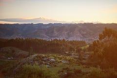 Città nel fondo verde dell'alta montagna Fotografia Stock Libera da Diritti