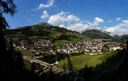 Città nelle montagne meravigliose/san Cristina della dolomia in valle di gardena Fotografia Stock Libera da Diritti