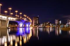 Città notturna dal lago Immagini Stock Libere da Diritti