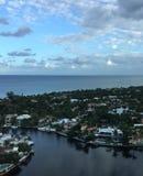 Città, oceano e cielo Fotografia Stock