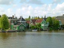 Città olandese impressionante sulla riva di Zaan, sito storico in Zaanstad, Paesi Bassi fotografie stock