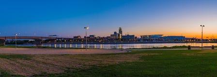 Città Omaha Nebraska di scena di notte di vista panoramica immagini stock