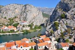Città Omis in Croazia con le montagne ed il fiume Cetine fotografia stock libera da diritti