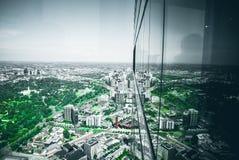 città riflettente fotografie stock