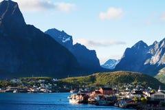 Città scenica del villaggio di Reine, isole di Lofoten fotografie stock libere da diritti