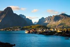 Città scenica del villaggio di Reine, isole di Lofoten fotografia stock libera da diritti
