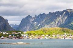 Città scenica del villaggio di Reine, isole di Lofoten Fotografia Stock