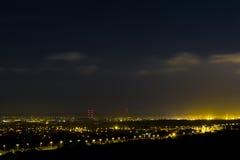 Città sonnolenta: Luci alla notte immagini stock libere da diritti