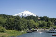 Città sotto il vulcano attivo Fotografia Stock