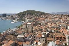Città spaccata e mare adriatico Immagini Stock