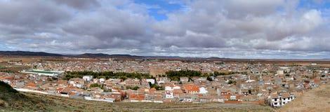 Città spagnola tipica in pianure della Spagna centrale Fotografia Stock Libera da Diritti