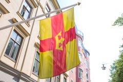Città Stocholm, Svezia Vista urbana della città, via, bandiera della città e Bu fotografia stock