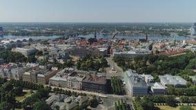 Città storica della città di Riga vecchia e case viventi e l'altra costruzione con il volo del fuco di traffico di automobili e d stock footage