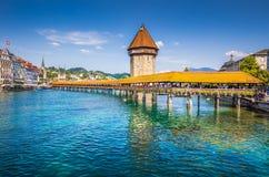 Città storica di Lucerna con il ponte famoso della cappella, Svizzera immagini stock
