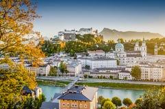 Città storica di Salisburgo al tramonto nella caduta, Austria Fotografia Stock