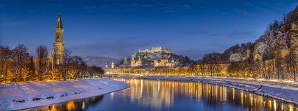Città storica di Salisburgo nell'inverno al crepuscolo, terra di Salzburger, Austria Fotografia Stock