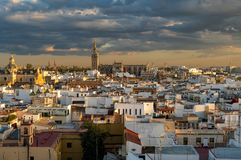 Città storica di Sevilla al tramonto nuvoloso compreso la cattedrale, Plaza de España ed altra fotografia stock