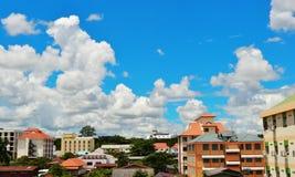 Città su cielo blu. Fotografia Stock Libera da Diritti
