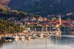 Città sul fiume di Krka alla luce di mattina, l'entrata di Skradin al parco nazionale di Krka, Croazia immagine stock