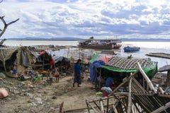 Città sul fiume nel Myanmar fotografie stock