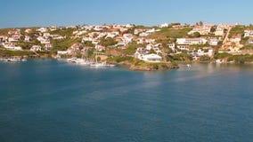 Città sulla costa del golfo del mare Mahon, Minorca, Spagna stock footage