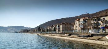 Città sulla riva del Danubio immagine stock