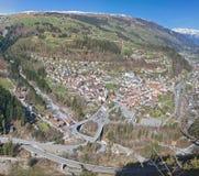 Città svizzera della montagna con la grandi ferrovia e via Fotografia Stock