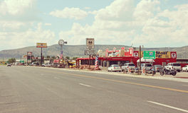 Città tipica lungo Route 66 in Arizona, U.S.A. Immagini Stock