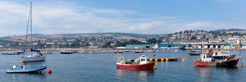 Città turistica di Teignmouth Devon del fiume di Teign con cielo blu Immagine Stock