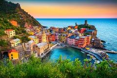 Città turistica famosa della Liguria con le spiagge e le case variopinte fotografia stock