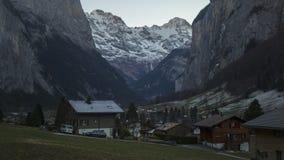 Città turistica sbalorditiva del paesaggio di inverno con le alte scogliere nel fondo, Lauterbrunnen Immagini Stock