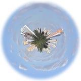 Città in un globo immagine stock