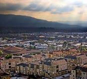 Città in una valle fotografie stock