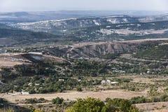Città in una valle della montagna Immagine Stock
