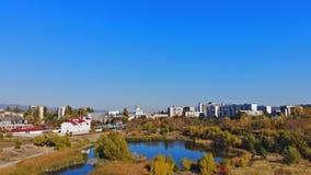 Città Uzhgorod in Ucraina sul lago nel paesaggio del parco video d archivio